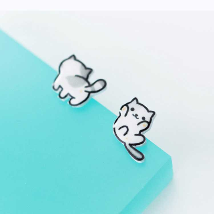可愛萌寵小貓不對稱黏式耳環,桌上展示。
