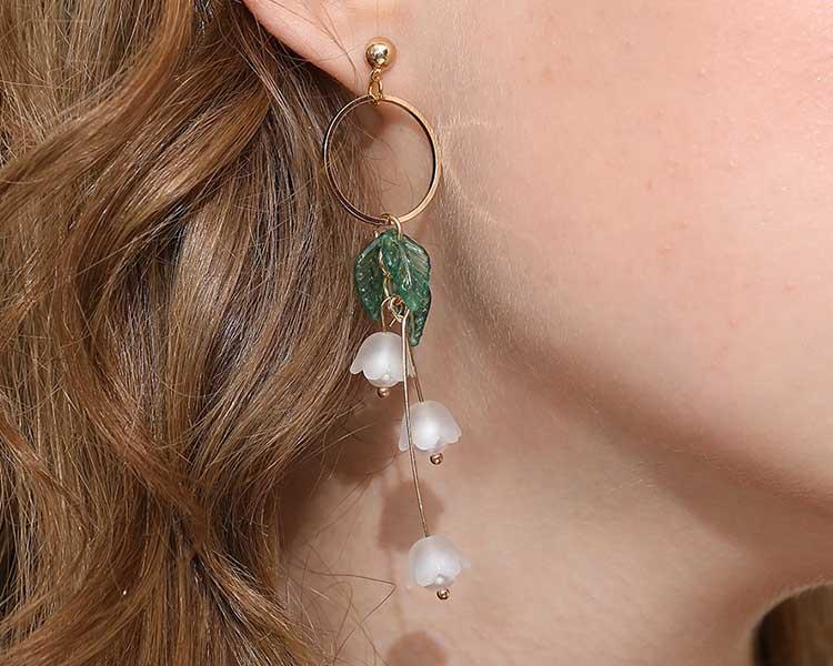 模特兒配戴展示:文藝優雅,清新的設計展現出脫俗的氣質,輕鬆方便的創新黏貼式耳環,不用穿耳洞也可以免除長時間配戴耳夾/夾式耳環的不舒服感。