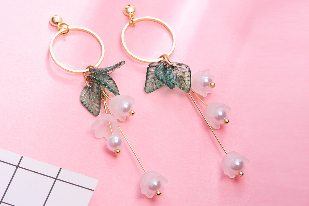 文藝清新花朵 耳針/黏式耳環,桌上展示。