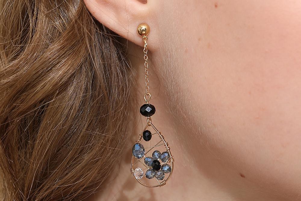 模特兒配戴展示:創意金屬纏線水滴造型,配上優雅氣質的花卉,展現出女性的成熟魅力,創新無耳洞黏貼式設計,免除長時間配戴耳夾/夾式耳環的不舒適感,讓您美的無負擔。