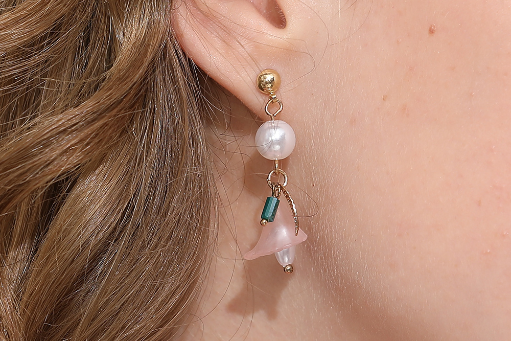 模特兒配戴展示:韓系氣質甜美風格,花朵樹葉流蘇設計,輕鬆零負擔的創新黏貼式耳環設計,絕對是您的最佳首選。不用穿耳洞也可以免除長時間配戴耳夾/夾式耳環的不舒適感。