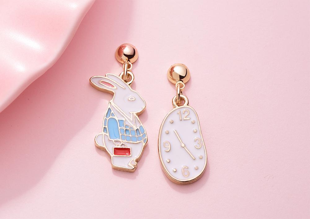 愛麗絲鐘錶與兔子 耳針/黏式耳環,桌上展示。