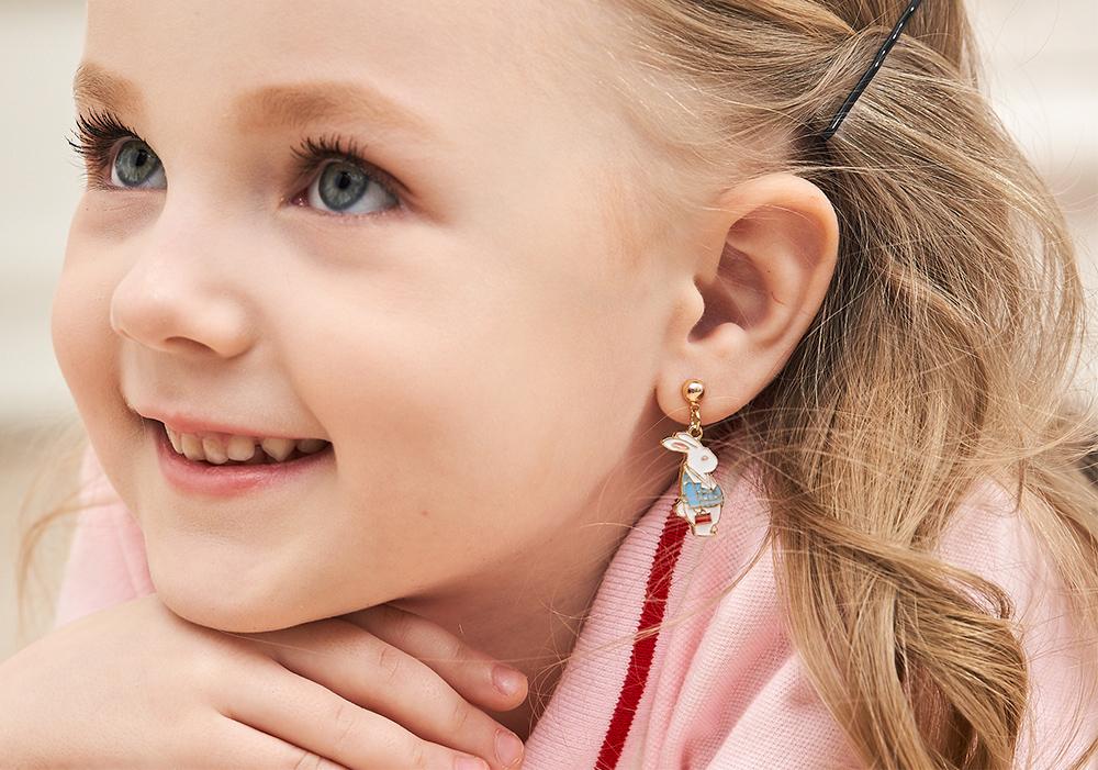 模特兒配戴展示:愛麗絲夢遊仙境系列,經典兔子與鐘錶的組合,,創新無耳洞黏耳環設計,採用醫療級用膠,減少皮膚的負擔,也免除長時間配戴耳夾/夾式耳環的不舒適感。