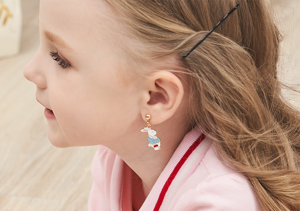 模特兒配戴展示:愛麗絲夢遊仙境系列,經典兔子與鐘錶的組合,,創新無耳洞黏耳環設計,採用醫療級用膠,減少皮膚的負擔,也免除長時間配戴耳夾/夾式耳環的不舒適感。。