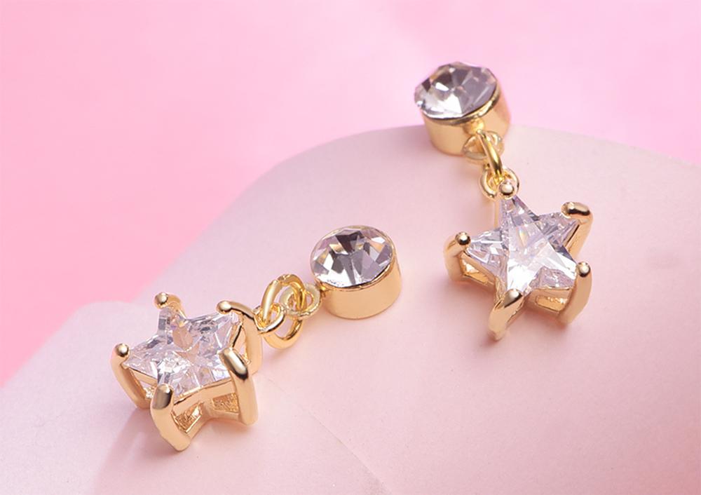 閃耀鑲鑽星星黏式耳環,桌上展示。