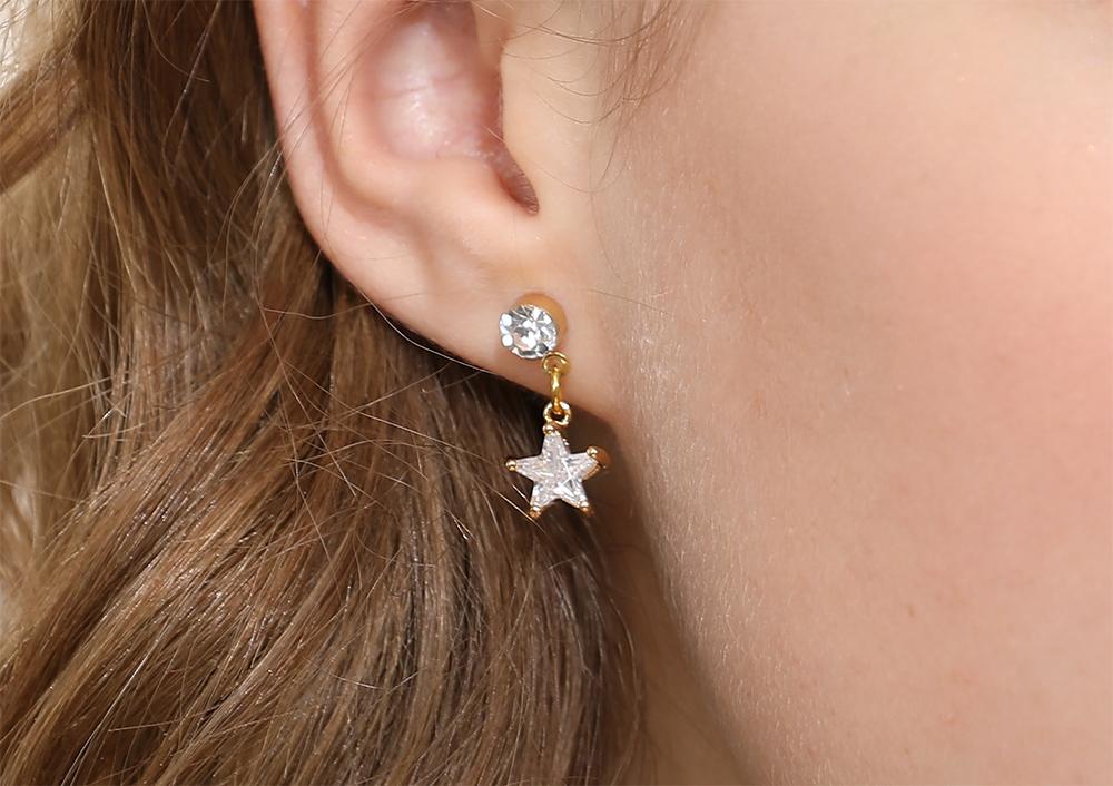 模特兒配戴展示:閃亮人造水鑽鑲嵌,精緻小巧五角金星,吸睛耀眼,免穿耳洞的黏貼式設計,免除配戴耳夾/耳針的不適感,讓妳美美打扮輕鬆外出