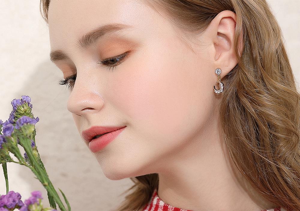 模特兒配戴展示:月亮的造型搭配耀眼水鑽鑲嵌,美麗無負擔的創新黏貼式耳環設計,輕鬆好自在,戴上它一閃一閃的,讓您成為眾人的目光。
