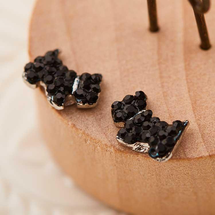 個性可愛狗狗 耳針/黏式耳環,桌上展示。