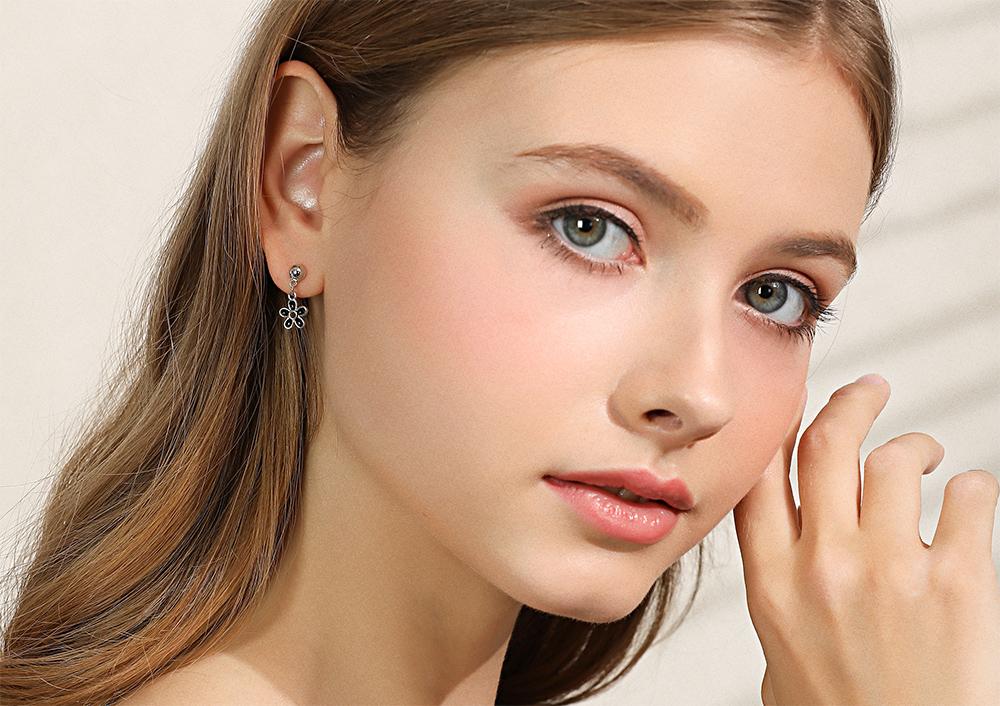 模特兒配戴展示:優雅的甜蜜首選,清新的黑色雛菊設計,典雅時尚,輕鬆方便的創新黏貼式耳環,不用穿耳洞也可以免除長時間配戴耳夾/夾式耳環的不舒服感。