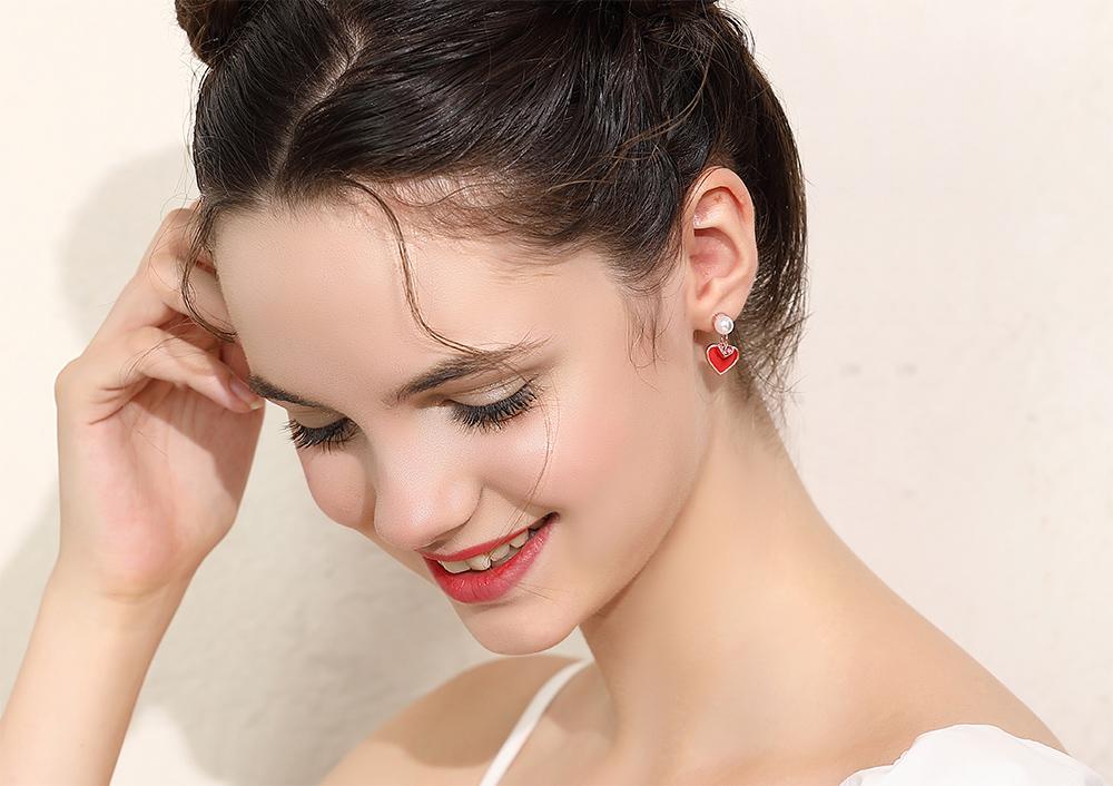 模特兒配戴展示:大紅色愛心、潔白的珍珠點綴,展現出甜美可愛的氣息,全新研發黏貼式設計,免除穿/夾耳洞所造成的不適感,美美打扮更輕鬆。