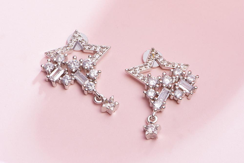 氣質耀眼五角星星黏式耳環,桌上展示。