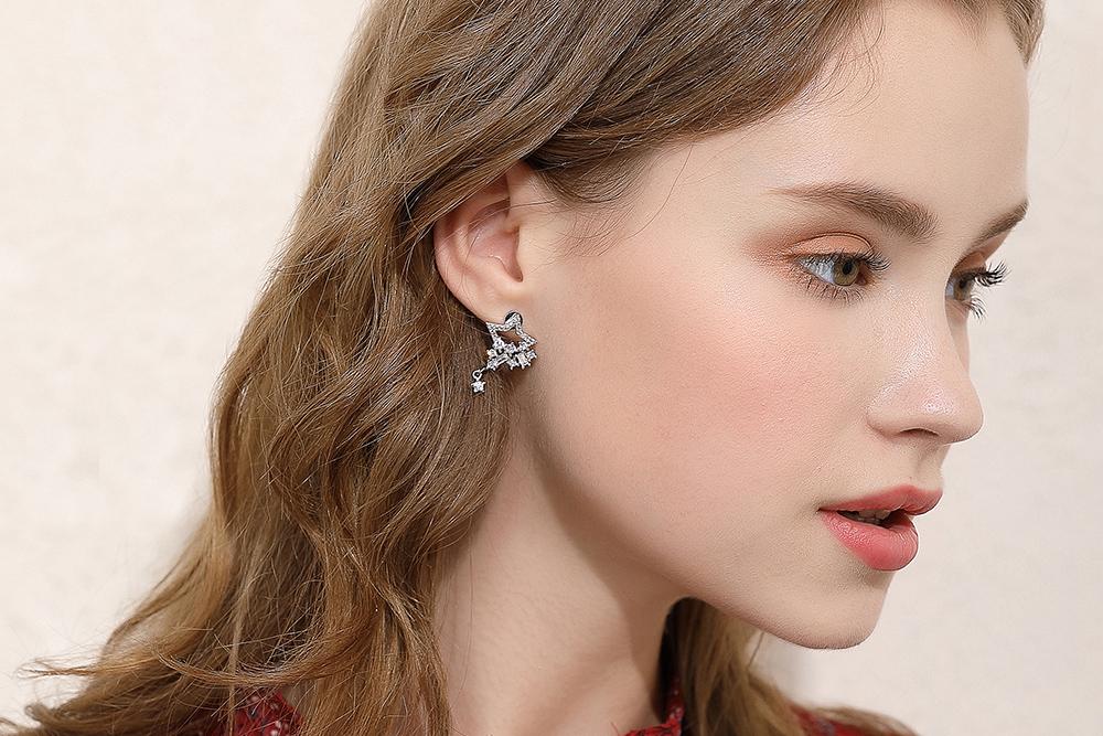 模特兒配戴展示:璀璨耀眼五角星星,簍空時尚設計,質感人造水鑽鑲嵌,讓您迷人美麗。黏貼式耳環不用穿耳洞也可以免除長時間配戴耳夾/夾式耳環的不舒適感。