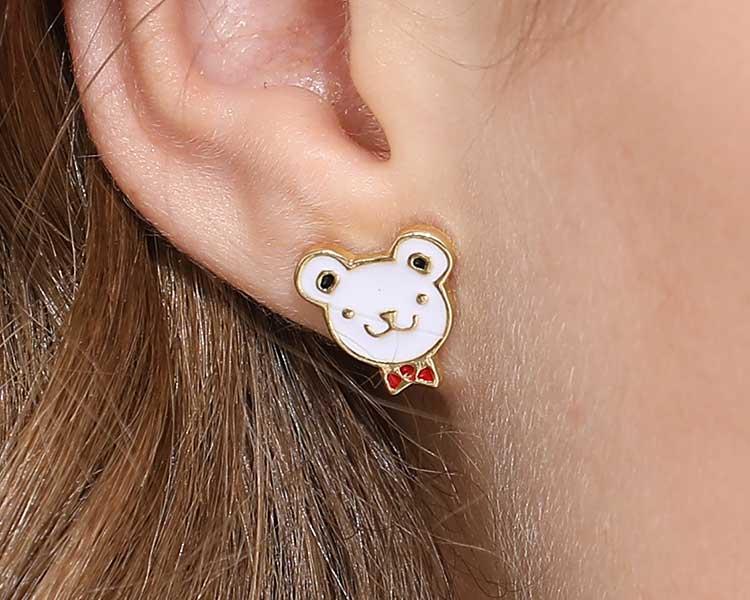 模特兒配戴展示:小巧童趣,個性領結小熊,迷人可愛點亮你的耳側,無耳洞黏貼式設計,免除長時間配戴耳夾/夾式耳環的不舒適感。