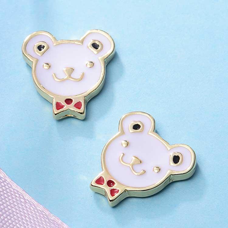 可愛領結小熊 耳針/黏式耳環,桌上展示。
