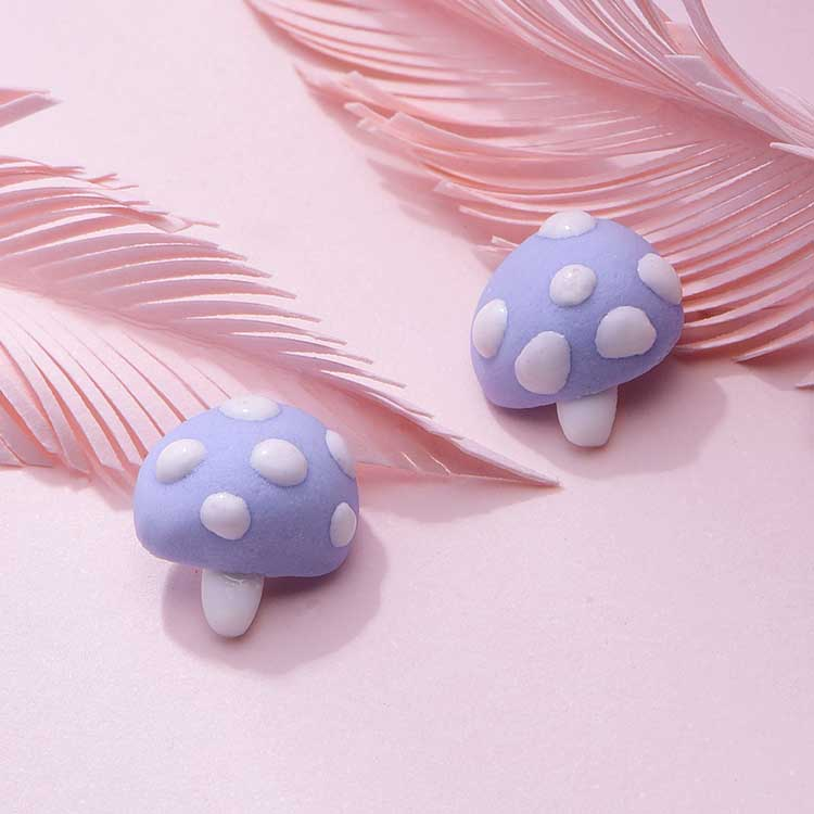 創意小清新藍色蘑菇 耳針/黏式耳環,桌上展示。