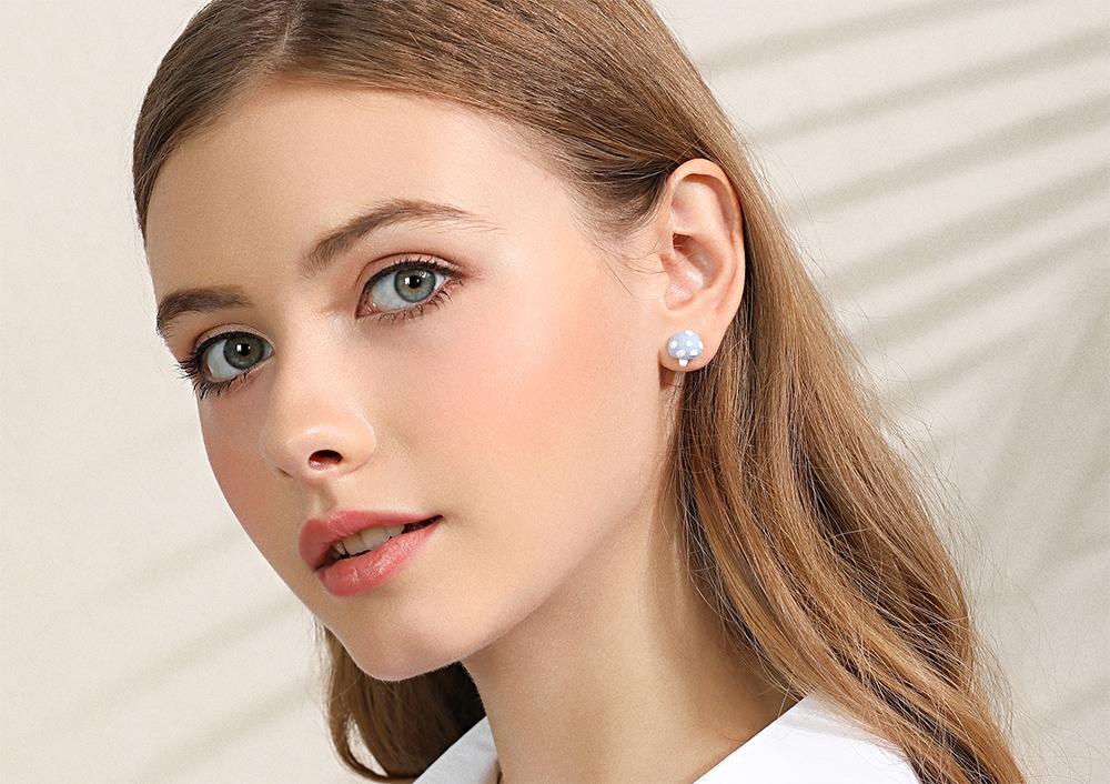 模特兒配戴展示:輕巧時尚,質感陶瓷打造出創意萌趣蘑菇造形,迷人可愛點亮你的耳側,無耳洞黏貼式設計,免除長時間配戴耳夾/夾式耳環的不舒適感。