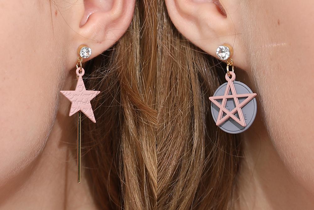 模特兒配戴展示:日系少女系風格,不對稱粉色五角星設計,可愛時尚點亮您的耳側,無耳洞黏貼式設計,免除長時間配戴耳夾/夾式耳環的不舒適感。