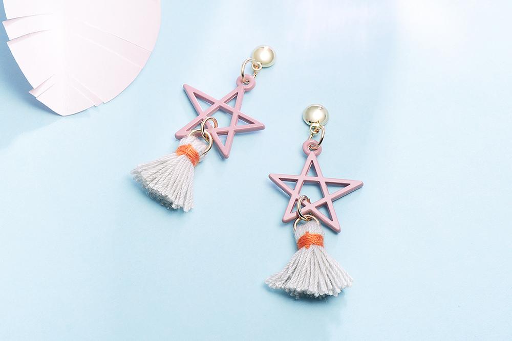 五角星星流蘇 耳針/黏式耳環,桌上展示。
