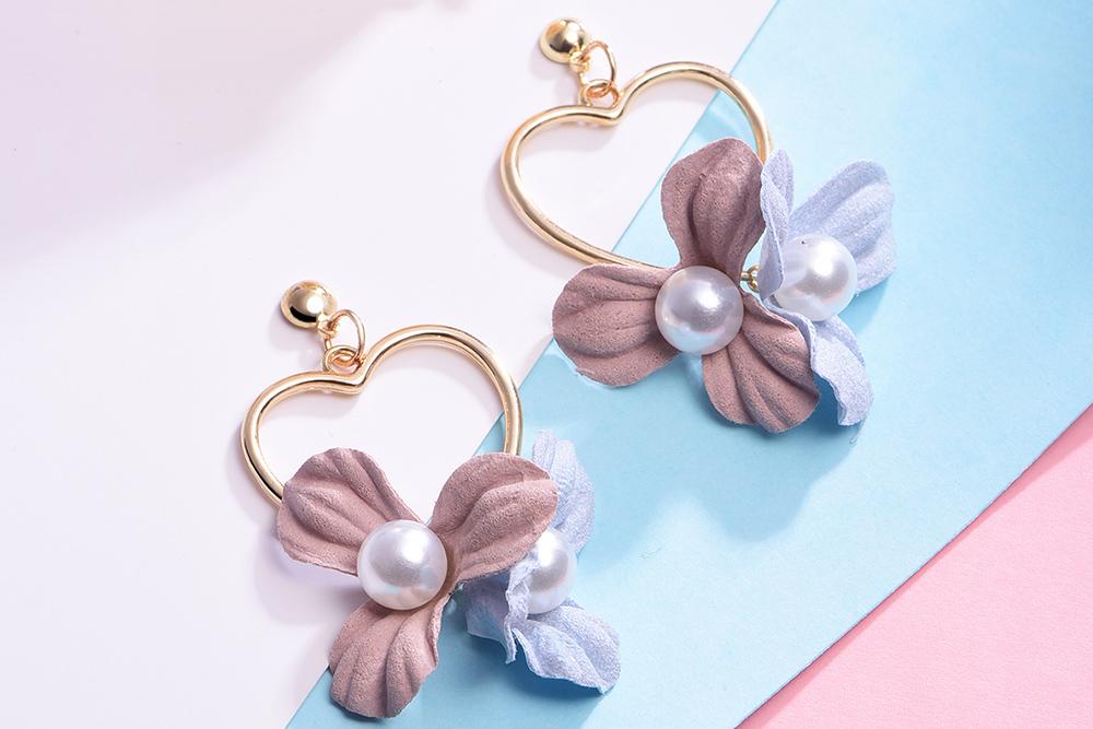 清新甜美愛心花卉 耳針/黏式耳環,桌上展示。