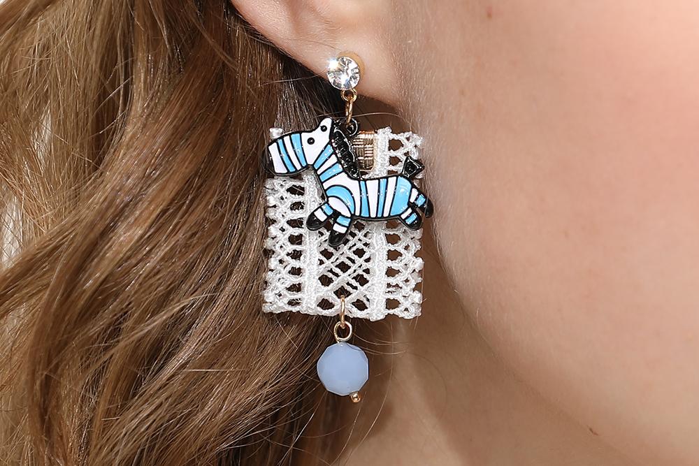 模特兒配戴展示:簍空唯美蕾絲布料,可愛藍色斑馬,點綴您的耳側讓你展現個人獨特魅力,創新無耳洞黏貼式耳環設計,採用醫療級用膠,減少皮膚的負擔,也免除長時間配戴耳夾/夾式耳環的不舒適感。