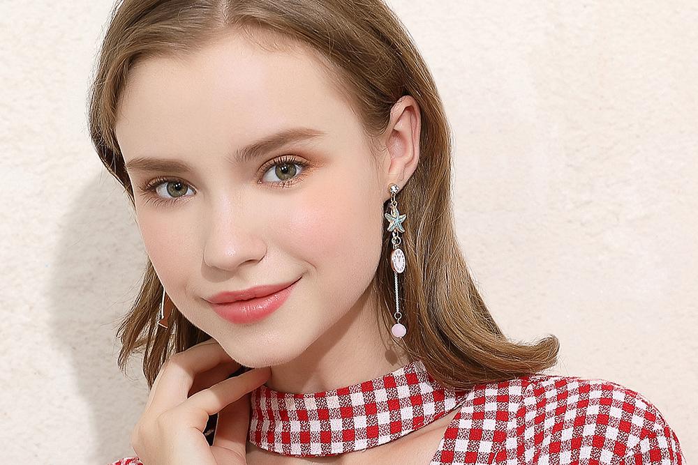 模特兒配戴展示:冰淇淋與時鐘再搭配上可愛海星,可愛度更上一層,免穿耳洞的黏貼式設計,免除配戴耳夾/耳針的不適感,讓妳美美打扮輕鬆外出。