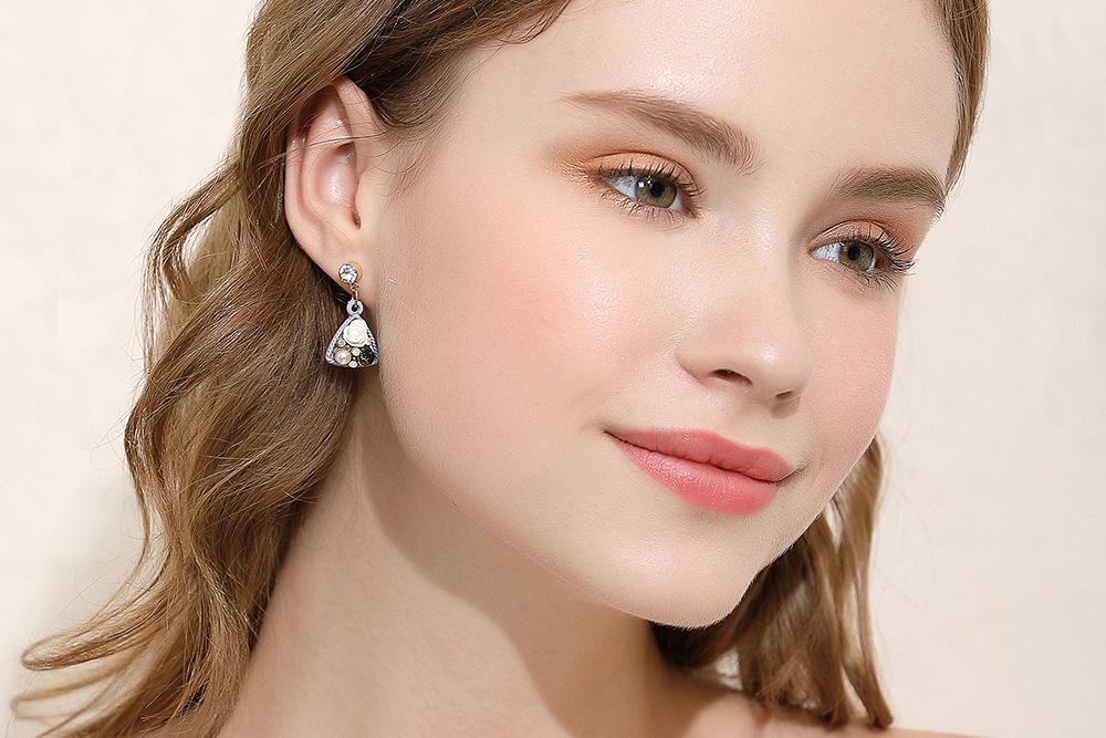 模特兒配戴展示:優雅時尚三角造型,絢爛的花卉與珍珠點綴耳側展現出典雅溫柔的美,創新黏貼式耳環設計,讓目光都聚集在您身上。不用穿耳洞也可以免除長時間配戴耳夾/夾式耳環的不舒適感。