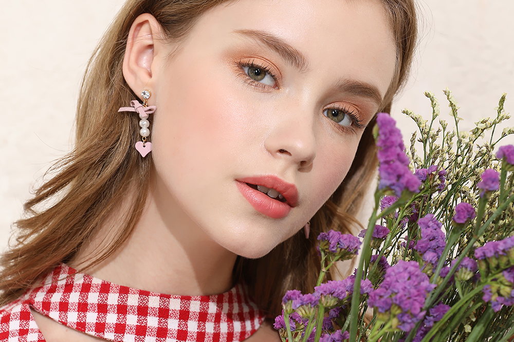 模特兒配戴展示:日系粉嫩甜美風格,可愛的蝴蝶結與愛心,潔白的珍珠點綴,散發出脫俗的時尚氣質,全新研發黏貼式設計,免除穿/夾耳洞所造成的不適感,美美打扮更輕鬆。