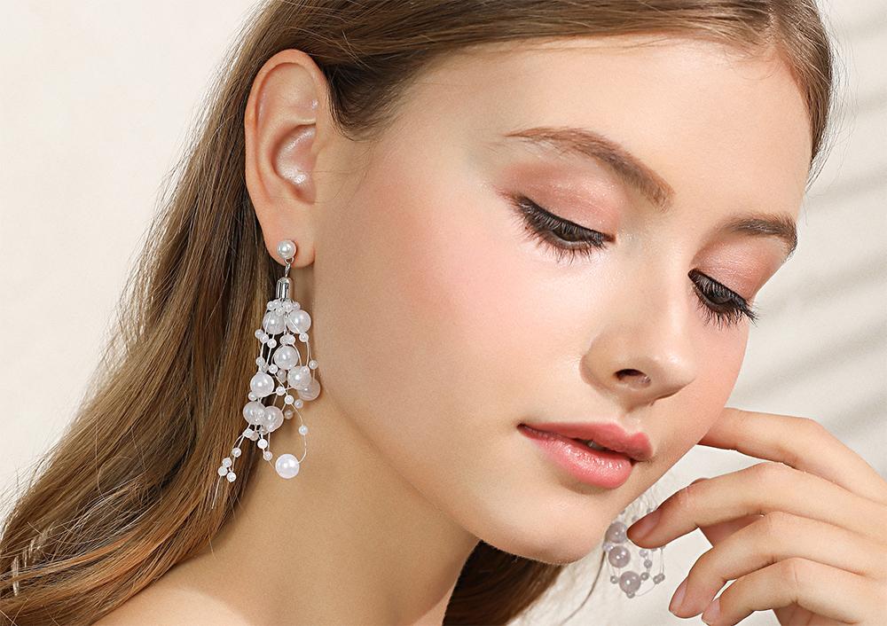 模特兒配戴展示:高雅時尚名媛風格,潔白珍珠打造出的珍珠串,奢華亮眼,無耳洞黏貼式設計,免除長時間配戴耳夾/夾式耳環的不舒適感。