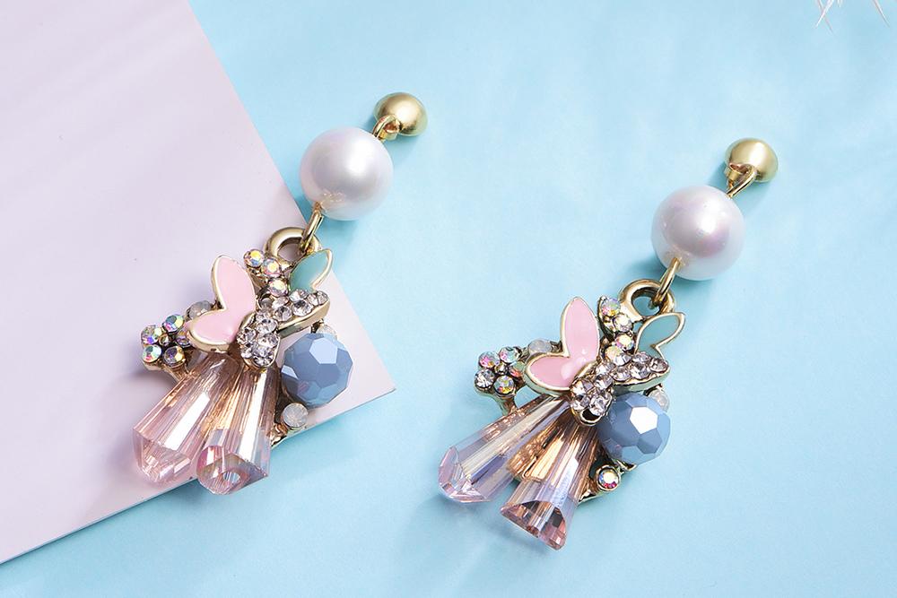 氣質水晶花朵蝴蝶 耳針/黏式耳環,桌上展示。
