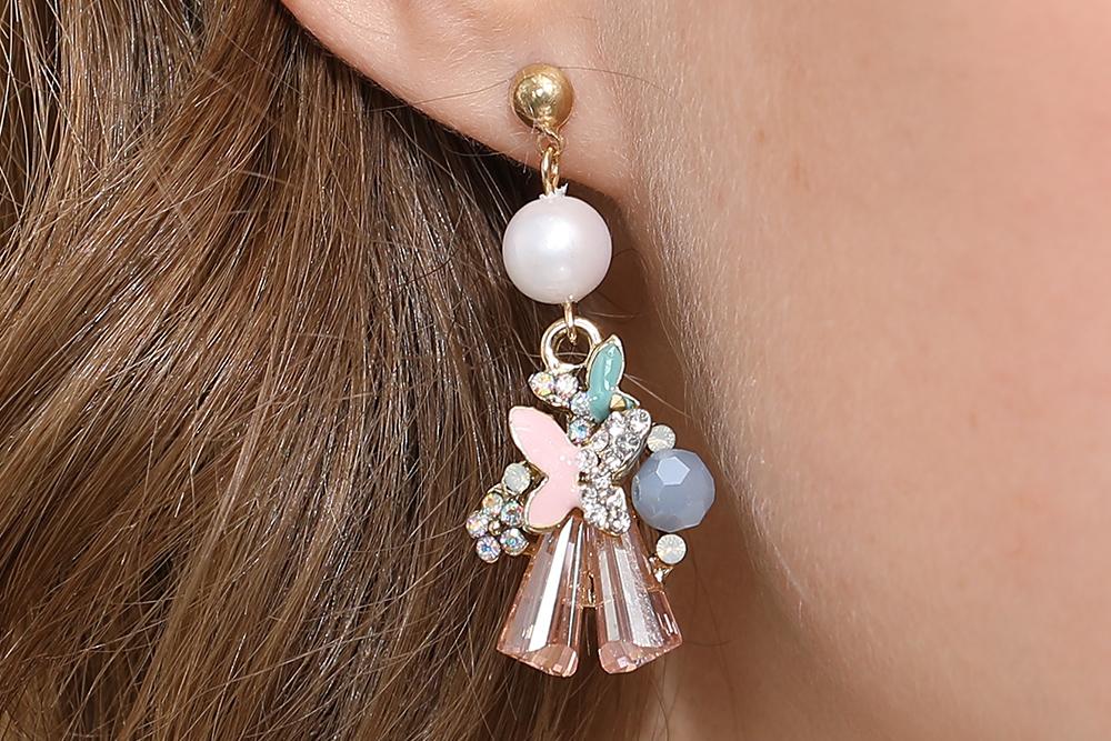 模特兒配戴展示:閃耀鑲鑽花朵蝴蝶,粉色水晶的陪襯,更加夢幻動人,創新的黏貼式耳環,不必擔心長時間配戴耳夾的不舒服感。