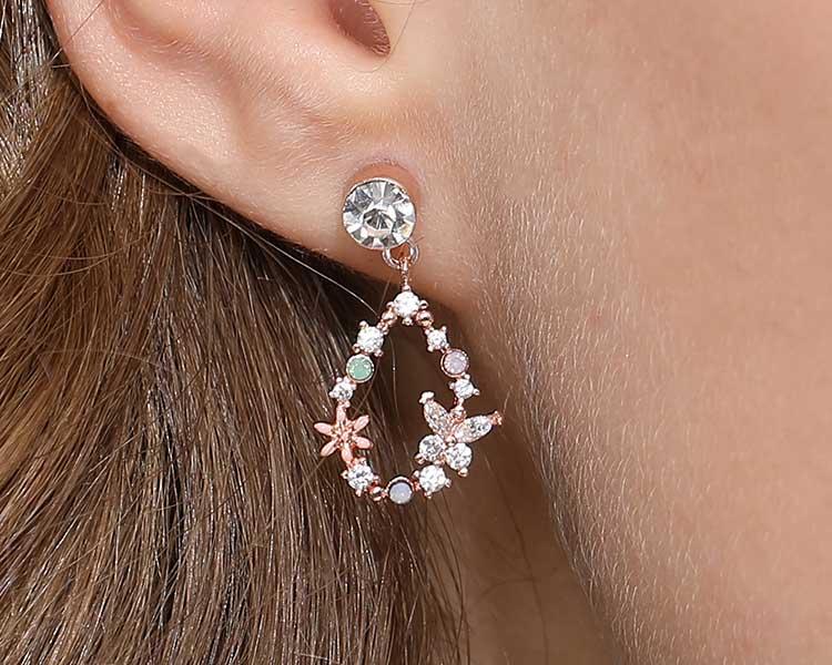 模特兒配戴展示:氣質花朵蝴蝶搭配耀眼的鑲鑽,散發出優雅的氣質,免穿耳洞的黏貼式設計,免除配戴耳夾/耳針的不適感,讓妳美美打扮輕鬆外出。