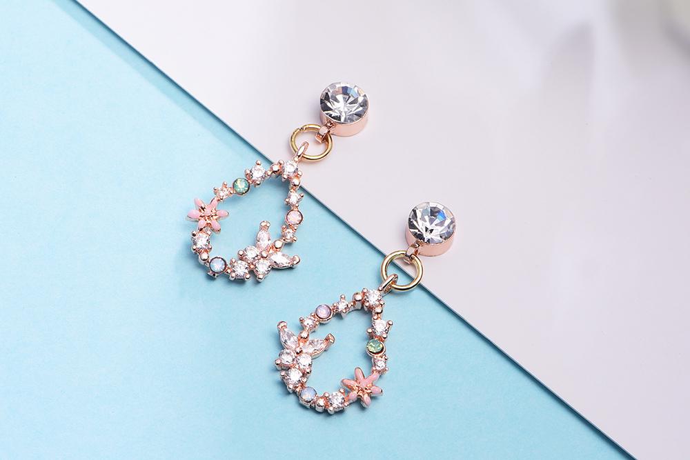 氣質花朵蝴蝶鑲鑽 耳針/黏式耳環,桌上展示。