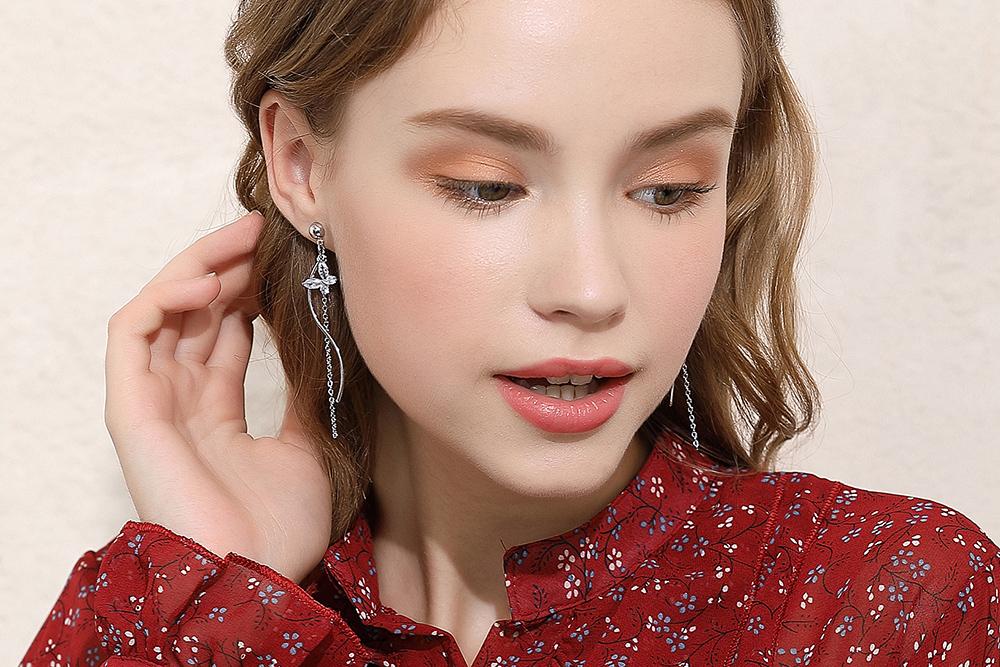 模特兒配戴展示:時尚氣質,耀眼水鑽鑲嵌,讓您成為人群中的焦點,輕鬆零負擔的創新黏貼式耳環設計,絕對是您的最佳首選。不用穿耳洞也可以免除長時間配戴耳夾/夾式耳環的不舒適感。