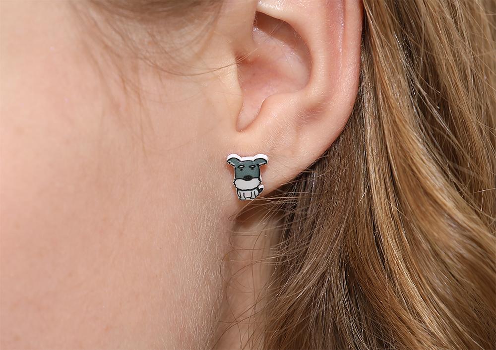 模特兒配戴展示:輕盈小巧的熱縮片打造而成,萌趣可愛的小灰狗造型,點綴您的耳側,帶來青春活力的氣息,免穿耳洞的黏貼式設計,免除配戴耳夾/耳針的不適感,讓妳美美打扮輕鬆外出。