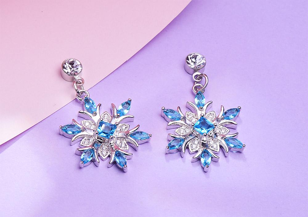 冷豔冰藍雪花 耳針/黏式耳環,桌上展示。