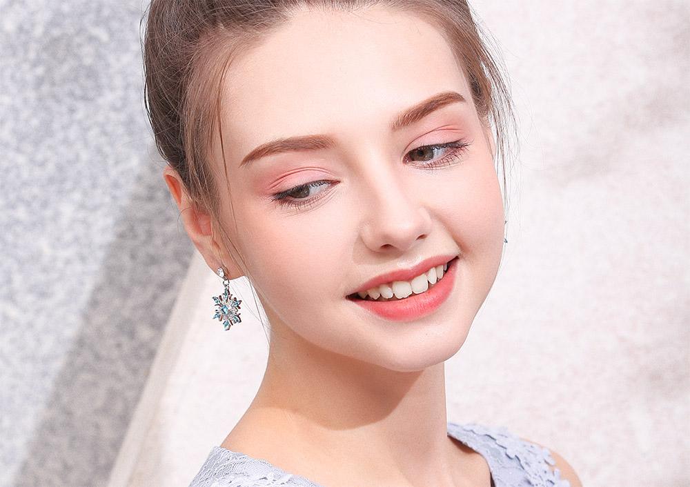 模特兒配戴展示:優雅冷豔,冰藍色雪花造型點綴耳側,展現出時尚不凡的氣質,創新黏貼式耳環設計,免除穿/夾耳洞所造成的不適感,讓您美麗無負擔。