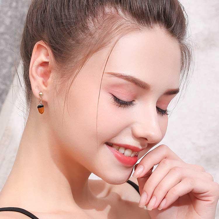 模特兒配戴展示:超萌動物款,松鼠與栗子經典組合,萌趣可愛,創新黏貼式耳環設計,免除穿/夾耳洞所造成的不適感,讓您美麗無負擔。