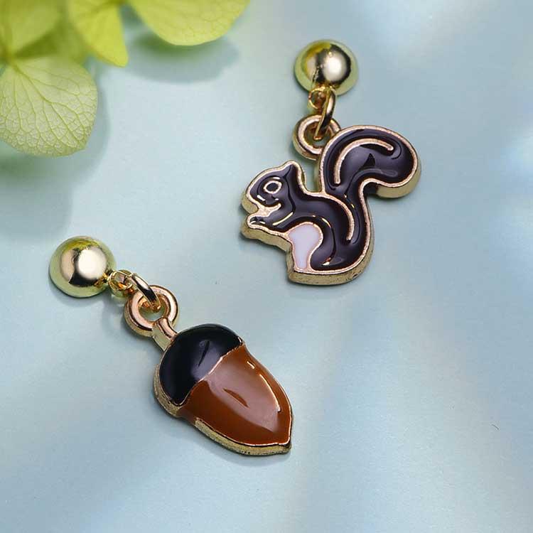 松鼠與栗子 耳針/黏式耳環,桌上展示。
