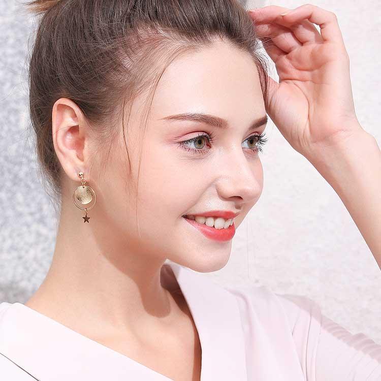 模特兒配戴展示:質感金色金屬五金打造,時尚耀眼星星造型,走出您自己的獨特風格。不用穿耳洞也可以免除長時間配戴耳夾/夾式耳環的不舒適感。