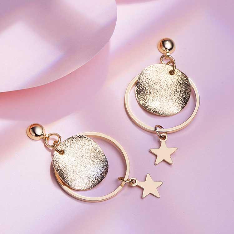 時尚磨砂星星 耳針/黏式耳環,桌上展示。