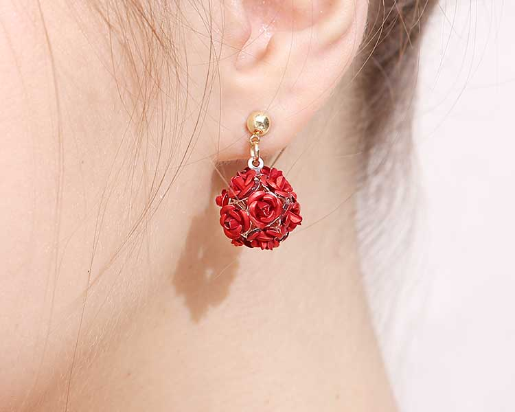 模特兒配戴展示:浪漫優雅的玫瑰花朵,高質感合金打造,時尚百搭適合各式場合穿著,無耳洞黏貼式設計,免除長時間配戴耳夾/夾式耳環的不舒適感,讓您輕鬆配戴。