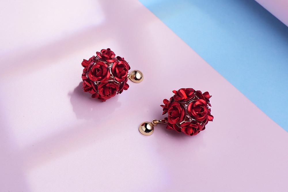 優雅玫瑰花朵 耳針/黏式耳環,桌上展示。