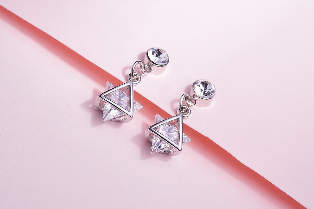 耀眼立體六芒星鑲鑽無 耳針/黏式耳環,桌上展示。