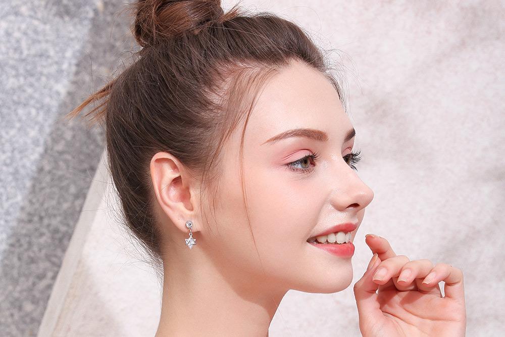 模特兒配戴展示:閃亮耀眼、立體有型六芒星造型設計點綴耳側,吸睛迷人,輕鬆無負擔的創新黏貼式耳環,不用穿耳洞也可以免除長時間配戴耳夾/夾式耳環的不舒服感。
