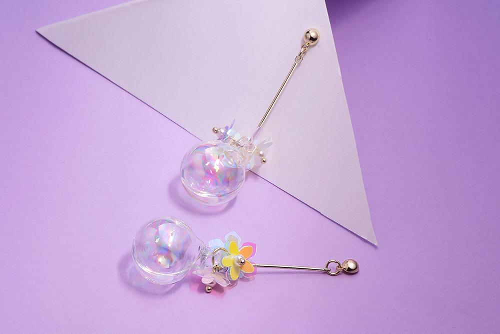 韓版玻璃球花朵 耳針/黏式耳環,桌上展示。