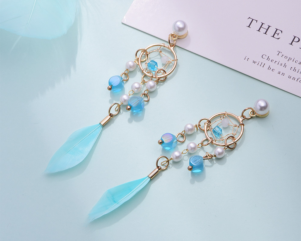 珍珠風鈴羽毛流蘇 耳針/黏式耳環,桌上展示。