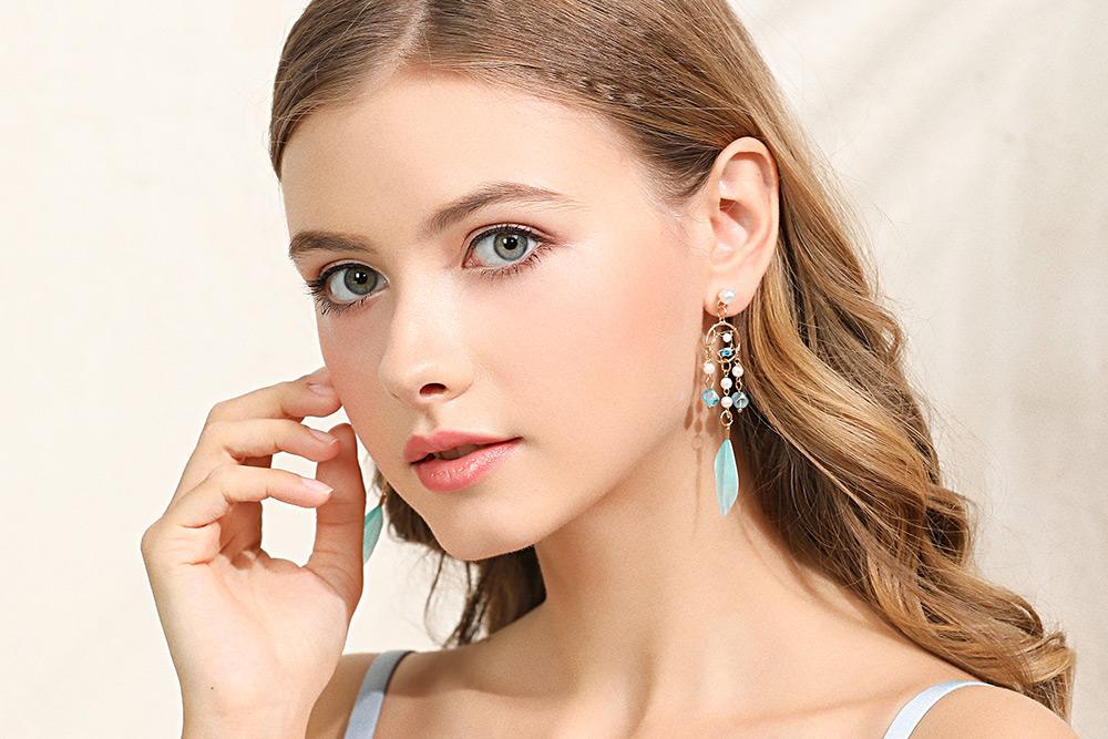 模特兒配戴展示:優雅珍珠與輕盈羽毛流蘇設計點綴你的耳側,散發清心唯美的氣息,創新無耳洞黏貼式耳環設計,採用醫療級用膠,減少皮膚的負擔,也免除長時間配戴耳夾/夾式耳環的不舒適感。