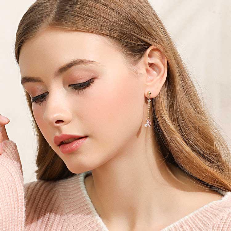 模特兒配戴展示:可愛粉嫩的星星與宇宙,耀眼閃爍,讓您成為人群中的亮點,創新無耳洞黏貼式耳環設計,採用醫療級用膠,減少皮膚的負擔,也免除長時間配戴耳夾/夾式耳環的不舒適感。