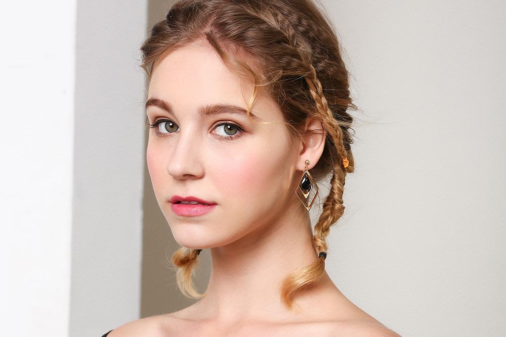 模特兒配戴展示:復古簡約風格,大氣幾何菱形,優雅氣質,不用穿耳洞也可以免除長時間配戴耳夾/夾式耳環的不舒適感。