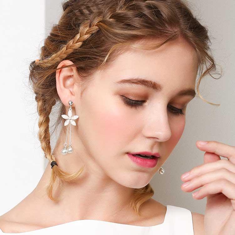 模特兒配戴展示:仙氣滿滿,優雅潔白花瓣與珍珠結合,優雅時尚,創新無耳洞黏貼式耳環設計,採用醫療級用膠,減少皮膚的負擔,也免除長時間配戴耳夾/夾式耳環的不舒適感。
